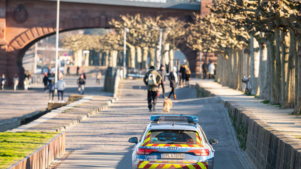 Weder Abstand noch Masken - Polizisten missachten Corona-Regeln bei Kneipenfeier