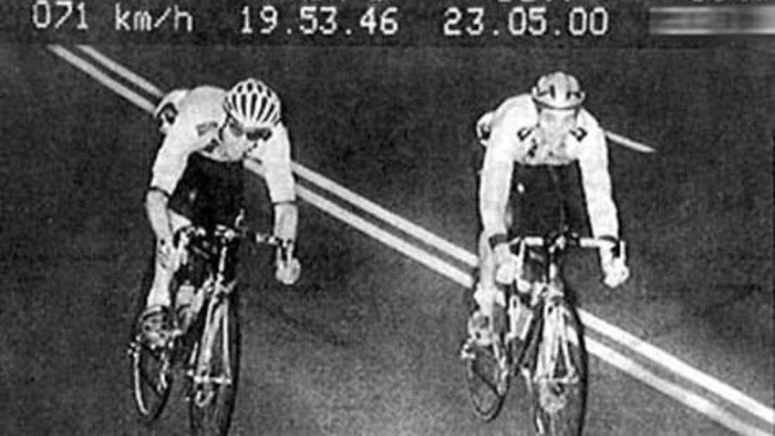 Schneller als die Polizei erlaubt: Zwei Fahrradfahrer beim Rasen.