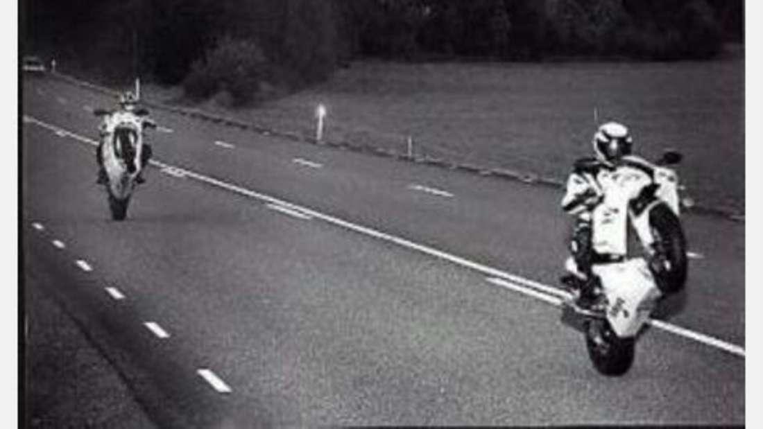 Mit Absicht: Kaum zufällig dürfte dieses Bild entstanden sein. Der Fahrer kam wohl ungeschoren davon. Motorräder haben halt vorne kein Nummernschild.