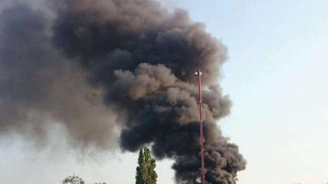 Über der Autoverwertungsanlage in Rheingönheim sind dicke Rauchsäulen zu sehen.