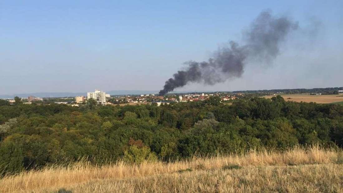 Über der Stadt Ludwigshafen sind dicke Rauchsäulen zu sehen.