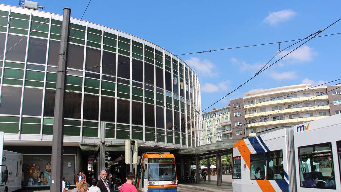Die legendäre 'Tortenschachtel' am Berliner Platz vor und nach dem Abriss.