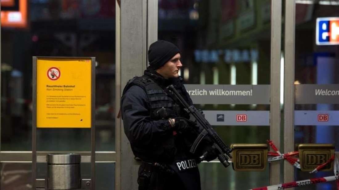 Polizisten in der Silvesternacht vor dem Hauptbahnhof in München. Foto: Sven Hoppe