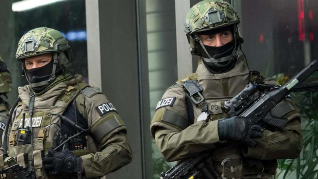Schwer bewaffnete Polizisten vor dem Münchner Hauptbahnhof. Foto: Sven Hoppe