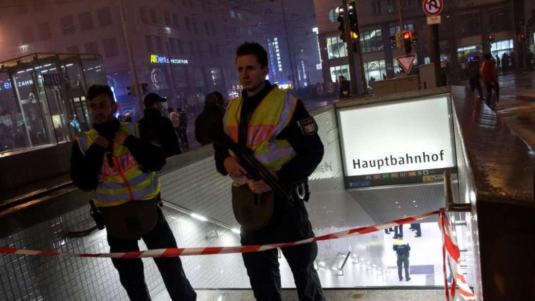 Polizisten sperren einen Zugang zum Hauptbahnhof inMünchen ab. Foto: Sven Hoppe
