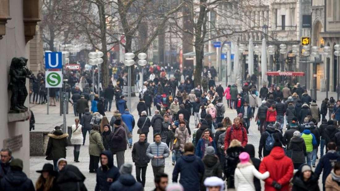 Von dem Terror-Großeinsatz in der Silvesternacht am Münchner Hauptbahnhof und am Pasinger Bahnhof ist am Neujahrstag fast nichts mehr zu sehen und zu spüren. Foto: Sven Hoppe