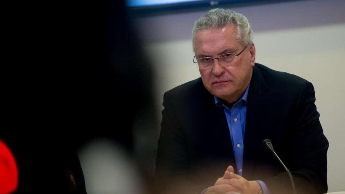 Der bayerische Innenminister Joachim Herrmann gibt während einer Pressekonferenz die jüngsten Informationen bekannt. Foto: Sven Hoppe