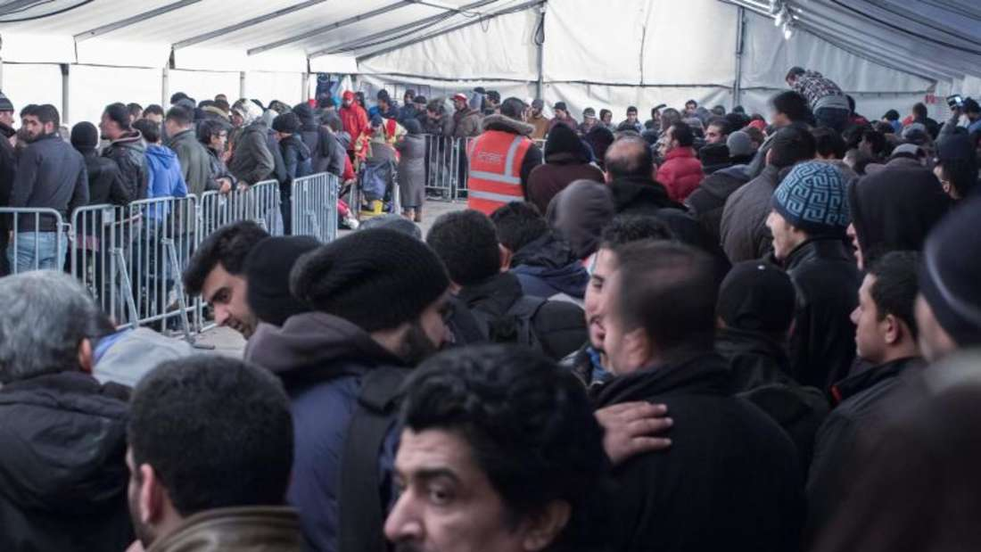 Wartende Flüchtlinge vor dem Landesamt für Gesundheit und Soziales Lageso in Berlin. Foto: Michael Kappeler