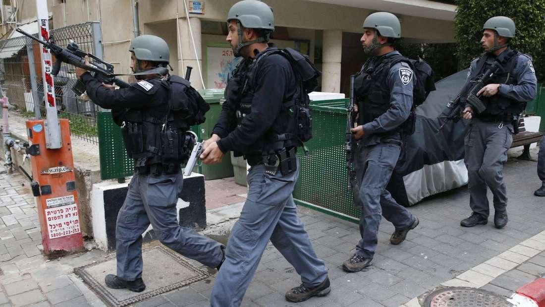 Sichern den Tatort: Einsatzkräfte machen sich nach der Schießerei in einer Bar ein Bild von der Situation.