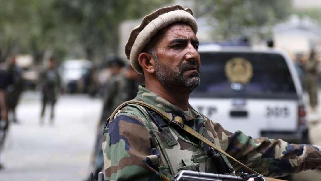 Ein afghanischer Polizist sichert eine Straße. Bei einem Angriff auf ein beliebtes Restaurant in Kabul sind mindestens acht Menschen verletzt worden. Foto: Hedayatullah Amid/Symbolbild/Archiv