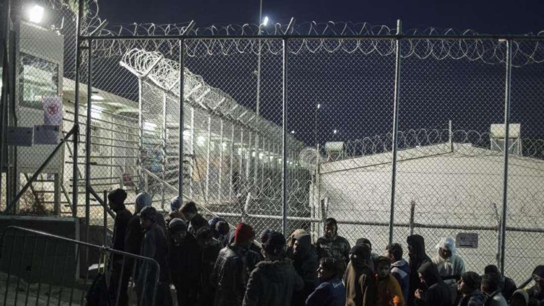 Eine Gruppe von Männern wartet auf der griechischen Insel Lesbos auf die Registrierung durch die Behörden. Foto: Socrates Baltagiannis