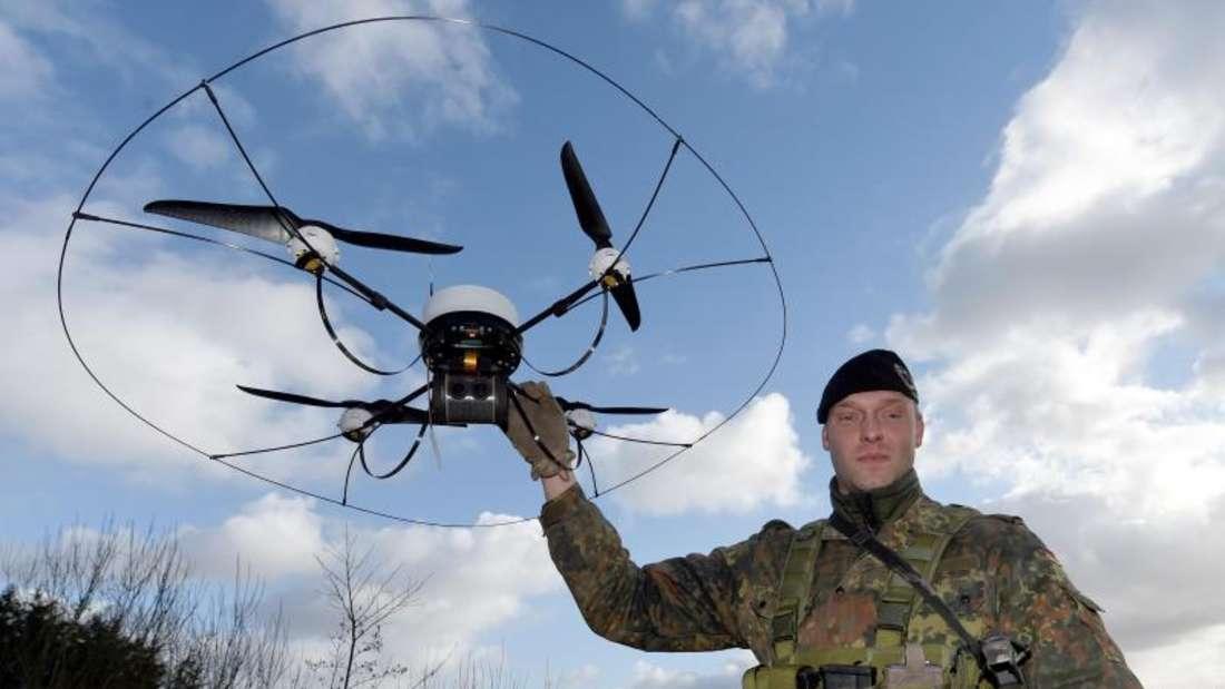 """Ein Soldat des Aufklärungsbattaillon 6 """"Holstein"""" zeigt in Eutin eine Drohne vom Typ """"Mikado"""". Die Soldaten bereiten sich hier auf ihren Einsatz in Mali vor. Foto: Carsten Rehder"""