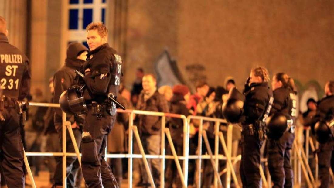 Eine Polizeiabsperrung trennt die Gegner der von den Teilnehmern der Kundgebung. Foto: Peter Gercke