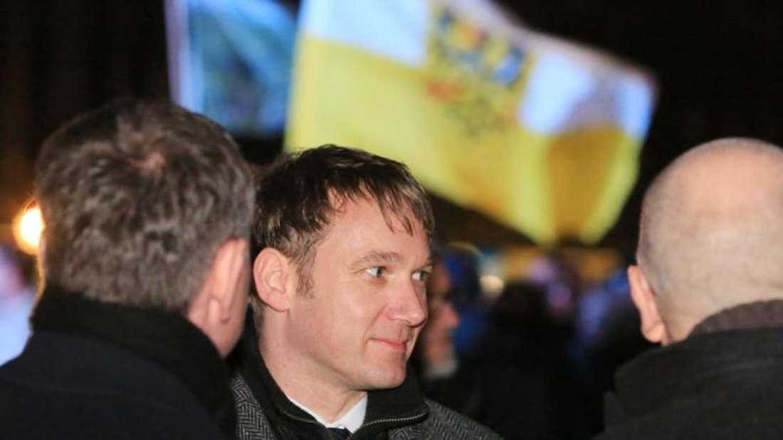 Der Landesvorsitzende der AfD inSachsen-Anhalt imGespräch mit anderen Kundgebungsteilnehmern. Foto: Peter Gercke