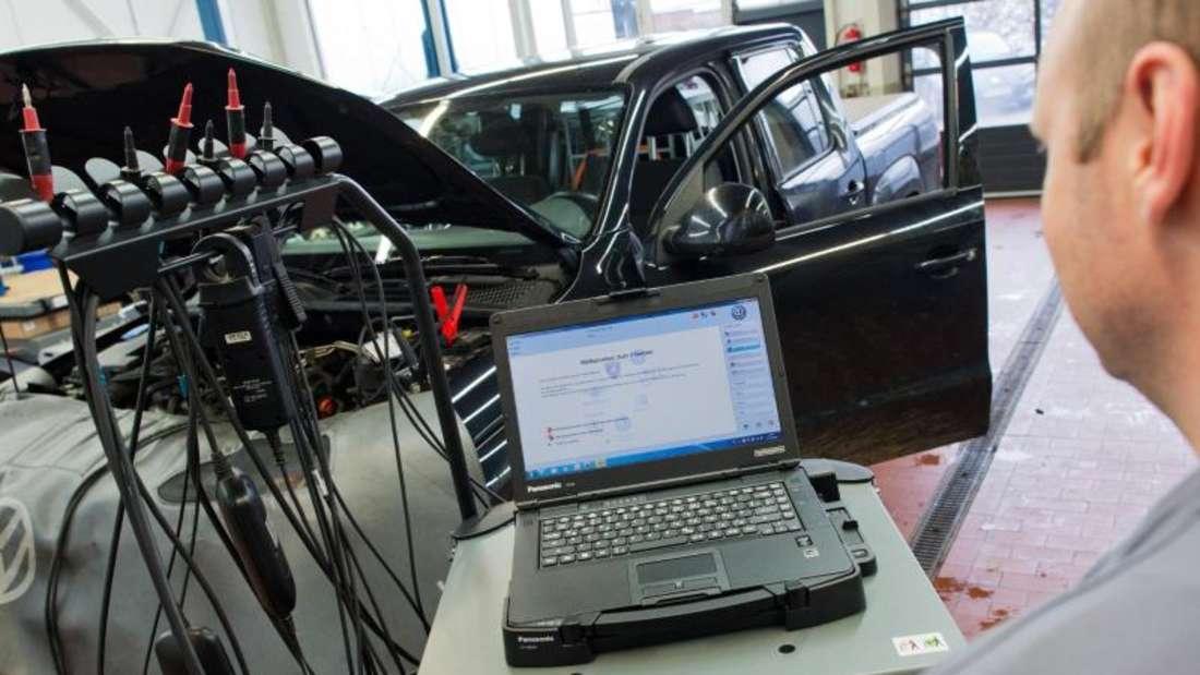 VW hatte den größten Rückruf in der Konzerngeschichte am Mittwoch mit dem Pick-up-Truck Amarok begonnen - es geht dabei um deutschlandweit rund 8000 Wagen. Foto: Julian Stratenschulte