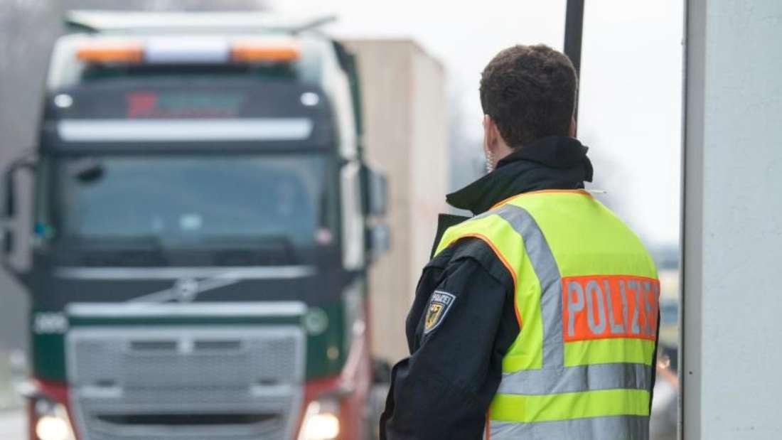 Wenn ein Lkw-Fahrer wegen der Wartezeiten an der Grenze zu lange unterwegs ist, kommt er unter Umständen nicht mehr ohne Pause an sein Ziel. Foto: Armin Weigel