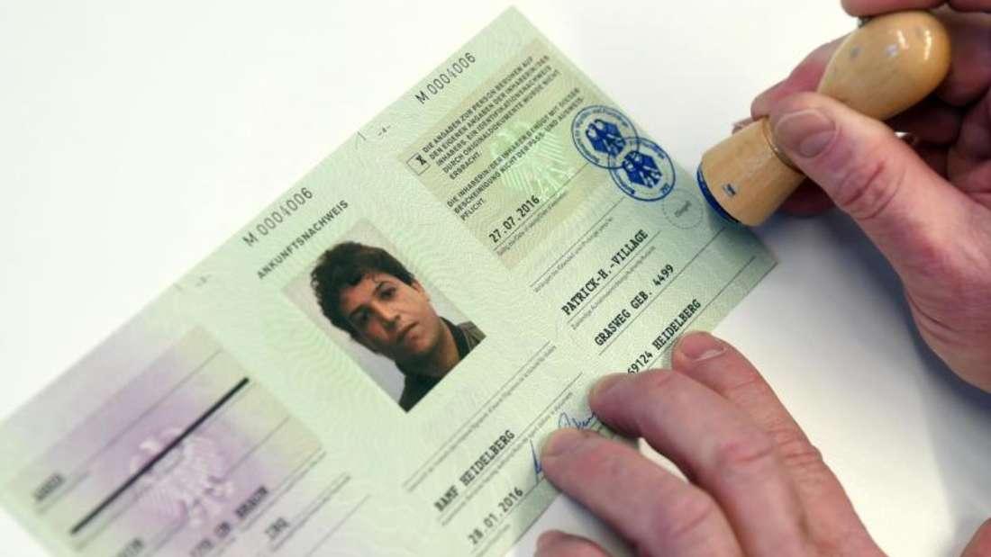 Im Registrierungszentrum in Heidelberg wird ein Flüchtlingsausweis ausgestellt. Bis Mitte Februar soll das Verfahren schrittweise in ganz Deutschland eingeführt werden. Foto: Uli Deck