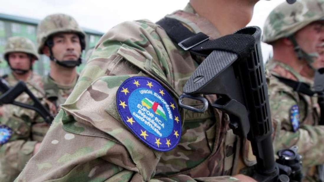 Mehrere minderjärhige Mädchen in der Zentralafrikanischen Republik sagten einem UN-Team, sie seien von Soldaten der europäischen Militärmission EUFOR für Sex bezahlt oder vergewaltigt worden. Foto: Zurab Kurtsikidze/Archiv/Symbolbild