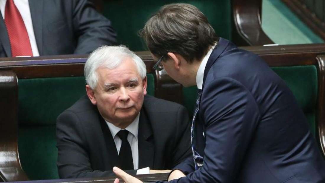 Polens Justizminister Zbigniew Ziobro im Gespräch mit PiS-Parteichef Jaroslaw Kaczynski. Foto: Rafal Guz