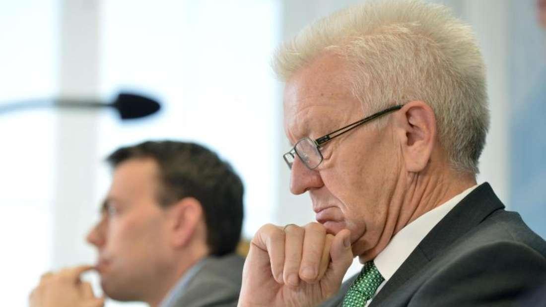 Baden-Württembergs Ministerpräsident Winfried Kretschmann (R) neben Finanz- und Wirtschaftsminister Nils Schmid von der SPD. Foto: Nikolai Huland/Archiv