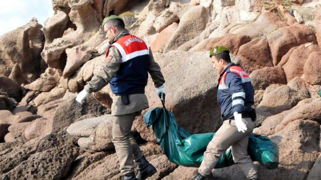 Türkische Soldaten bergen Leichen von Flüchtlingen, die bei einem Schiffsunglück vor der türkischen Ägäisküste umgekommen sind. Foto:Stringer