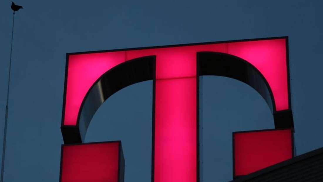 Das Logo der Deutschen Telekom auf der Unternehmenszentrale. Für rund 70 000 Beschäftigte des Konzerns startet nun die Tarifrunde 2016. Foto: Oliver Berg
