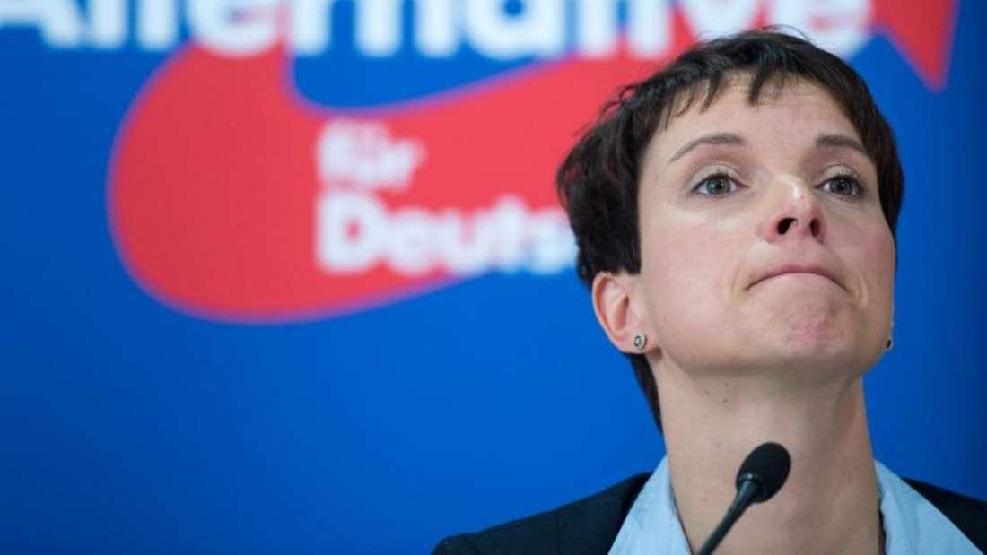 Scharfe Kritik von allen Seiten: Frauke Petry, Bundesvorsitzende der Partei Alternative für Deutschland (AfD), hat den Einsatz von Schusswaffen gegen Flüchtlinge an der Grenze gefordert. Foto: Bernd von Jutrczenka