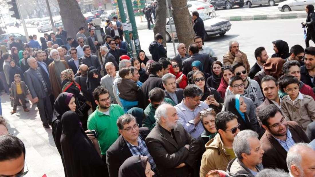 Viele Menschen warteten in langen Schlangen vor den Wahllokalen auf ihre Stimmabgabe. Foto: Abedin Taherkenareh