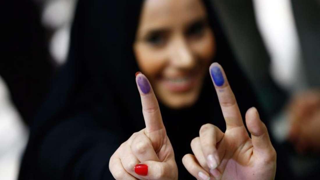 Iranerinnen zeigen nach der Stimmabgabe ihre mit Farbe markierten Finger. Foto: Abedin Taherkenareh