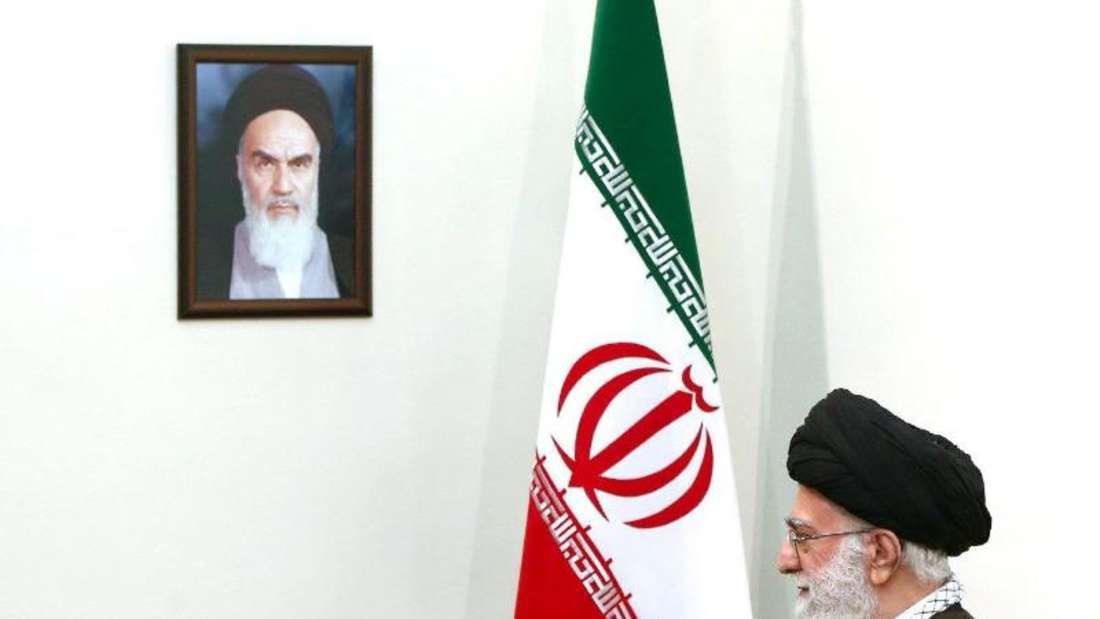 Religiöses Oberhaupt des Iran ist Ayatollah Ali Khamenei. Neben ihm an der Wand ein Porträt des früheren Revolutionsführers Chomeini. Foto:Supreme Leader Website