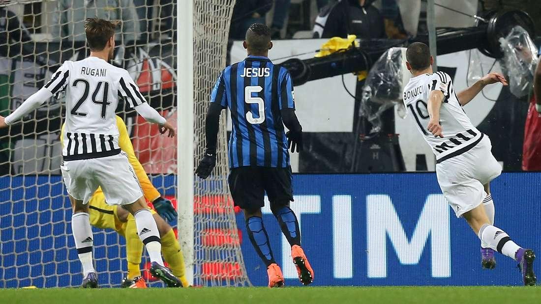 Hinein ins Glück: Mit diesem Schuss bringt Leonardo Bonucci (r.) Juventus Turin gegen Inter Mailand auf die Siegerstraße.