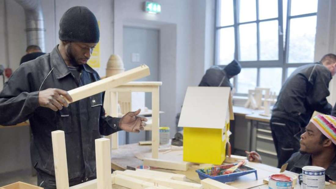 Flüchtlinge arbeiten bei der Flüchtlings-Initiative «Arrivo» der Handwerkskammer Berlin. In Berlin findet eine Jobbörse Flüchtlinge statt. 211 Unternehmen und Bildungsträger haben sich dazu angemeldet. Foto: Rainer Jensen