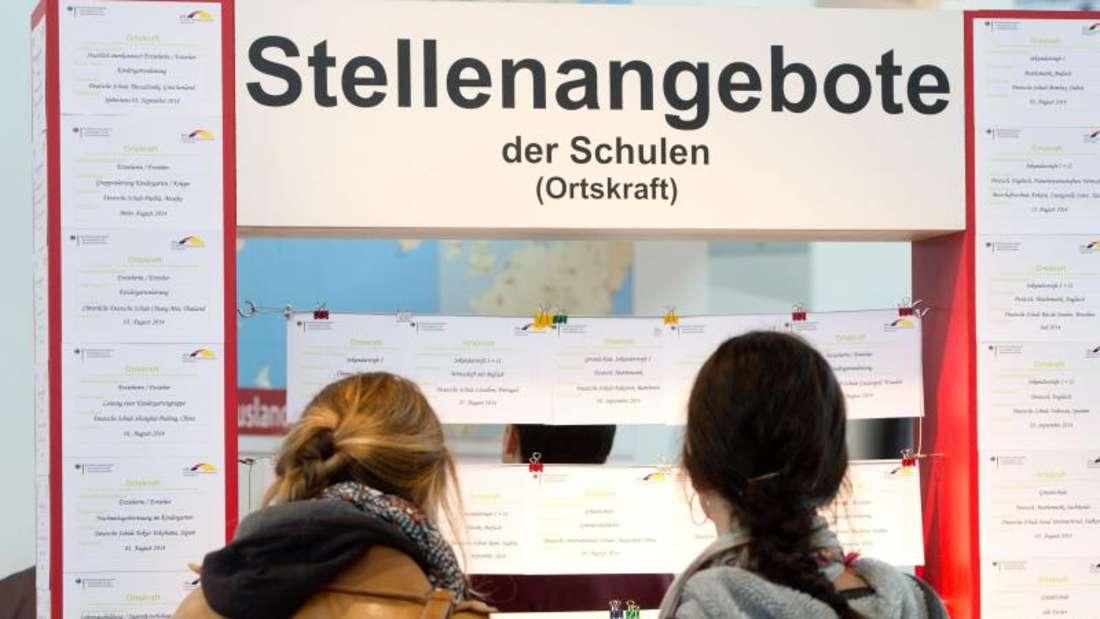 Aushang mit Stellenangeboten für Pädagogen auf der Bildungsmesse Didacta. Foto: Sebastian Kahnert/Archiv