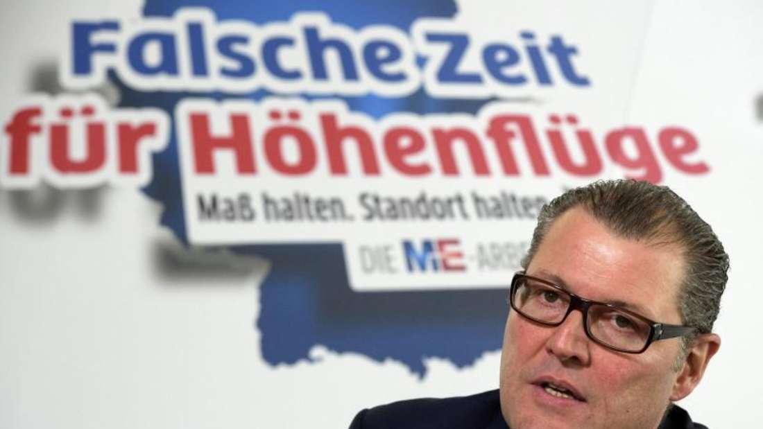 """Gesamtmetall-Präsident Rainer Dulger äußert sich zu den Forderungen der IG Metall - im Hintergrund steht """"Falsche Zeit für Höhenflüge"""" geschrieben. Foto: Rainer Jensen"""