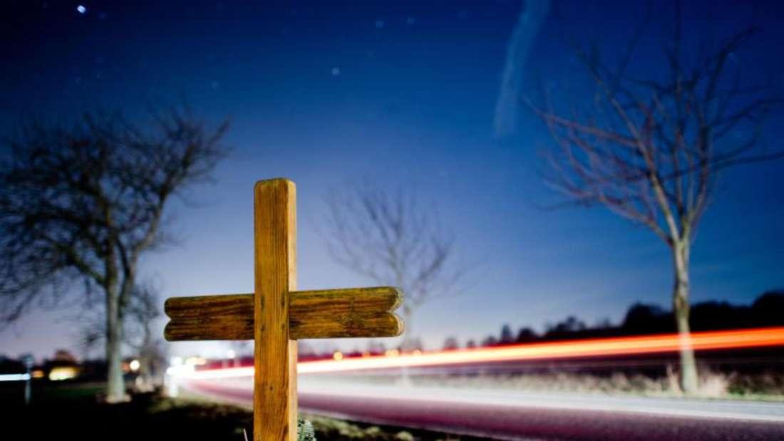 Kreuz zur Erinnerung an einen Verkehrstoten. Die EU-Kommission stellt neue Zahlen zur Sicherheit im europäischen Straßenverkehr vor. Foto: Julian Stratenschulte