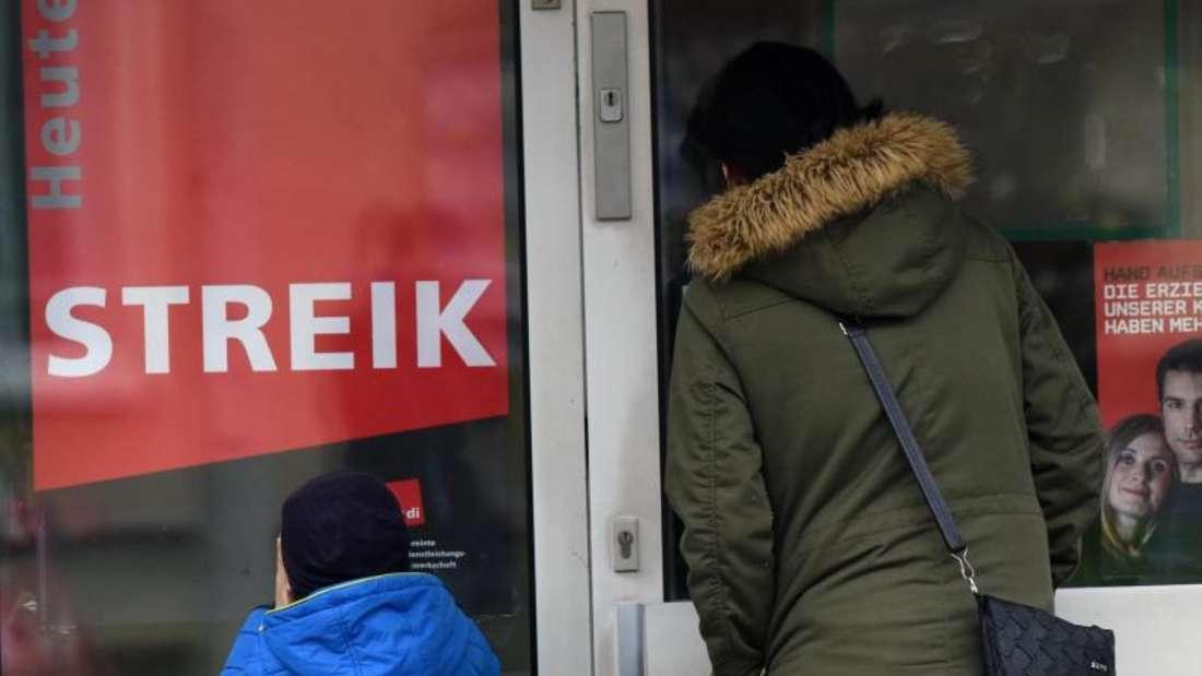 Eine Mutter vor der Tür einer wegen Warnstreiks geschlossenen Kita. Foto: Uwe Zucchi / Archiv