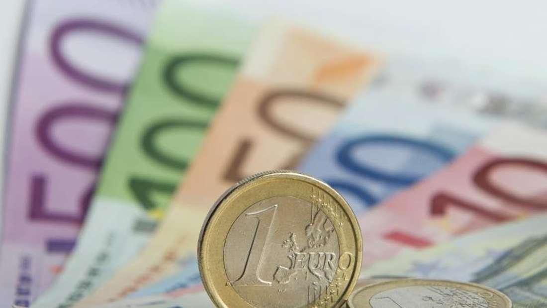 Ob die Finanzinstitute die Belastungen durch die Niedrigzinsen an Privatkunden weitergeben bleibt abzuwarten. Foto: Daniel Reinhardt