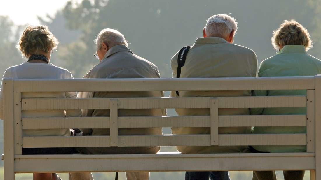 """ARCHIV - Rentner sitzen am 12.10.2008 in Pillnitz nahe Dresden auf einer Parkbank. Foto: Ralf Hirschberger/dpa (zu dpa «Rentenerhöhung: Im Westen plus 1,7 Prozent, im Osten plus 2,5 Prozent"""") +++(c) dpa - Bildfunk+++"""