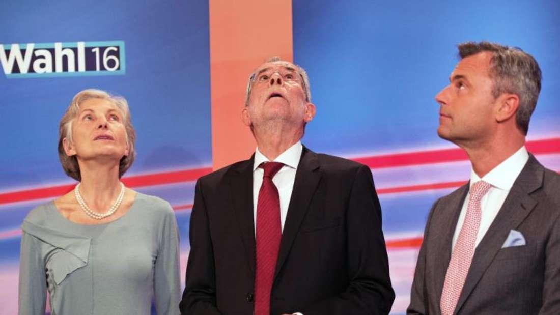Norbert Hofer (R) von der FPÖ, Irmgard Griss und der Grüne Alexander Van der Bellen nach Bekanntgabe de Ergebnisse. Foto: Christian Bruna