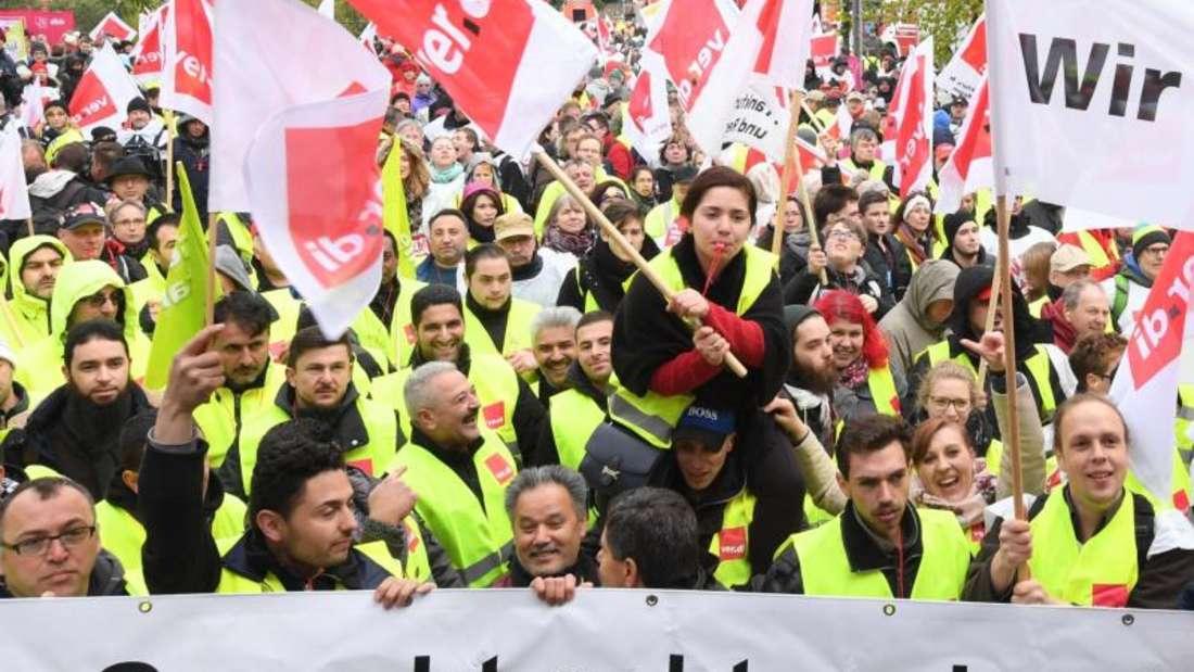 Streikende während einer Kundgebung am Flughafen von Frankfurt am Main. Foto: Arne Dedert