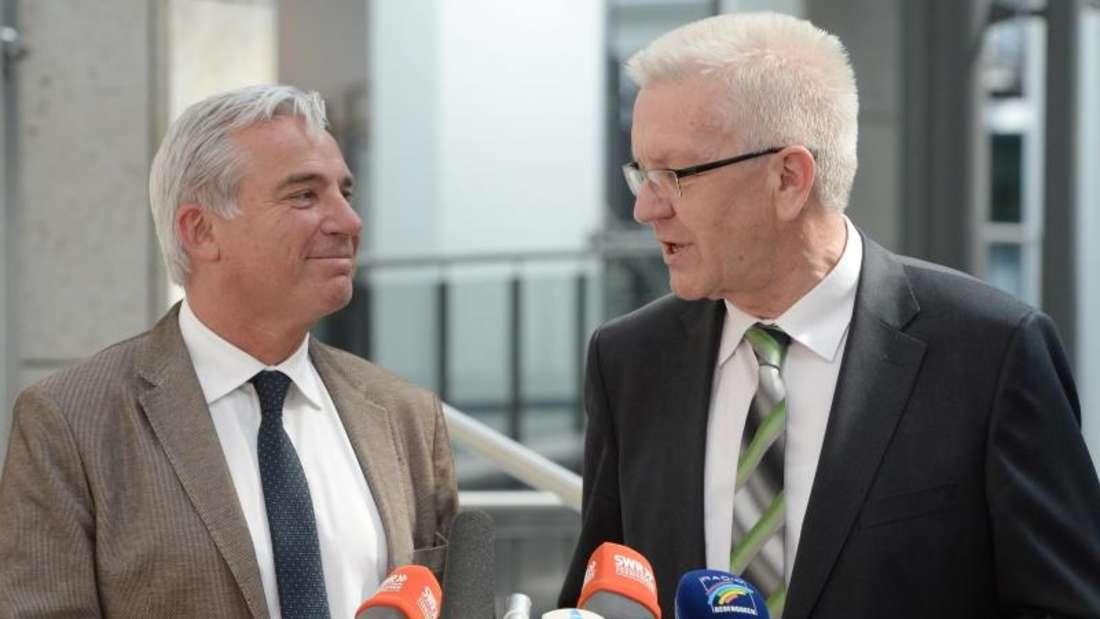 Thomas Strobl(CDU) und Winfried Kretschmann (r, Bündnis 90 / Die Grünen) im Gespräch. Foto: Bernd Weißbrod