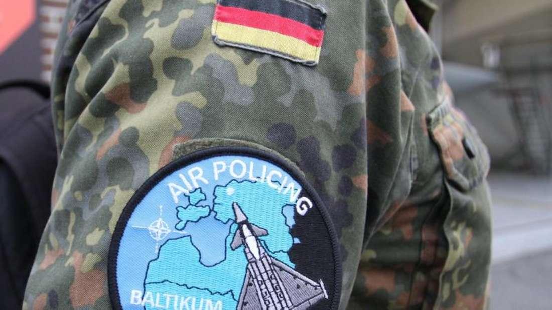 Ein Abzeichen mit der Aufschrift «Air Policing Baltikum 2015» ist auf dem Ärmel eines Bundeswehrsoldaten zu sehen. Foto: Luftwaffe/VAPB 2015, PAO/dpa