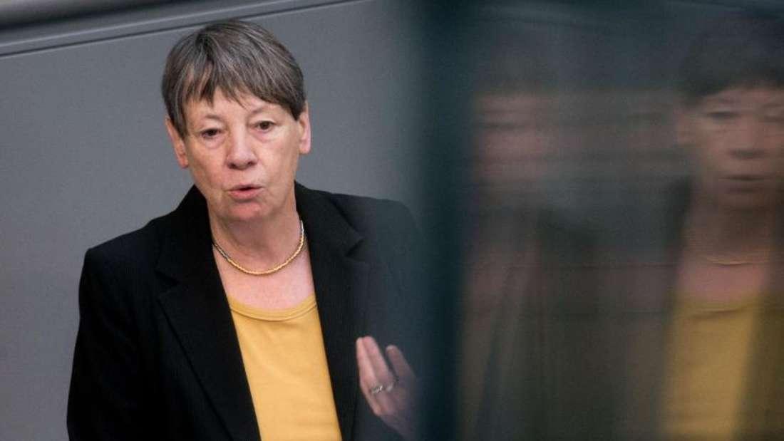 Bundesumweltministerin Barbara Hendricks (SPD) hält im Bundestag eine Rede. Foto: Kay Nietfeld