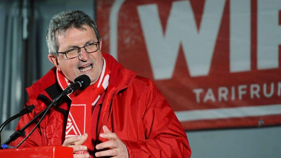 Jürgen Wechsler, Bezirksleiter der IG Metall Bayern, spricht in der Nacht auf Freitag auf einer Kundgebung bei Audi in Ingolstadt.