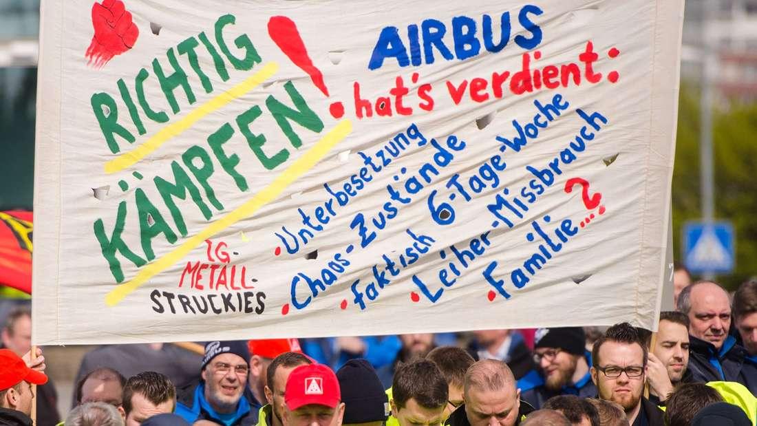 Bundesweite Warnstreiks der IG Metall: Mitarbeiter von Airbus streiken am Freitag in Hamburg.