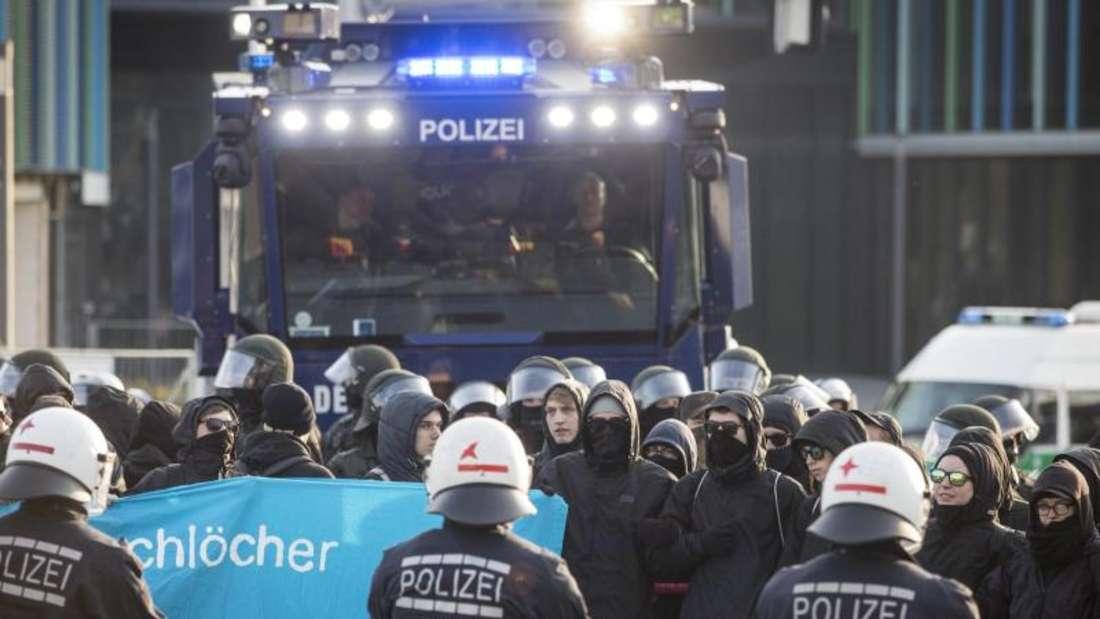 Polizeikräfte umstellen Demonstranten, die die Zufahrten zum AfD-Parteitag blockieren wollen. Foto: Christoph Schmidt