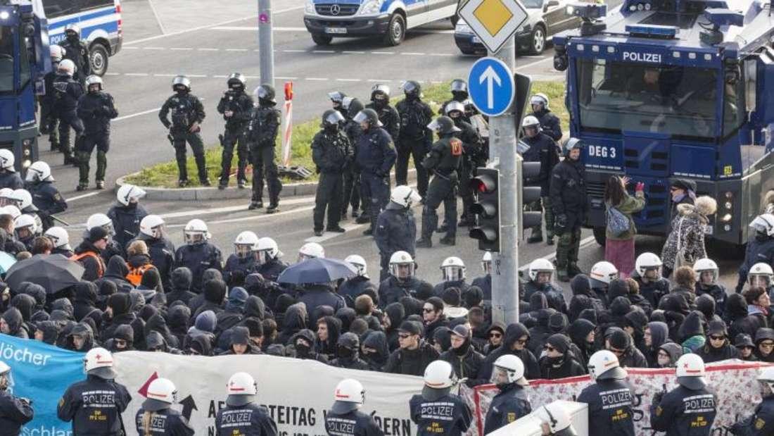 Der AfD-Bundesparteitag hat Demonstranten auf den Plan gerufen - ein massives Polizeiaufgebot stellt sich dagegen. Foto: Christoph Schmidt