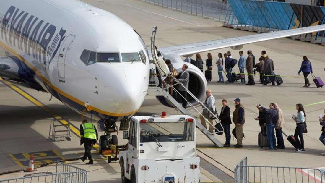 Ryanair-Boeing:Die Flugbegleitergewerkschaft Ufo greift den Billigflieger wegen schlechter Arbeitsbedingungen an.