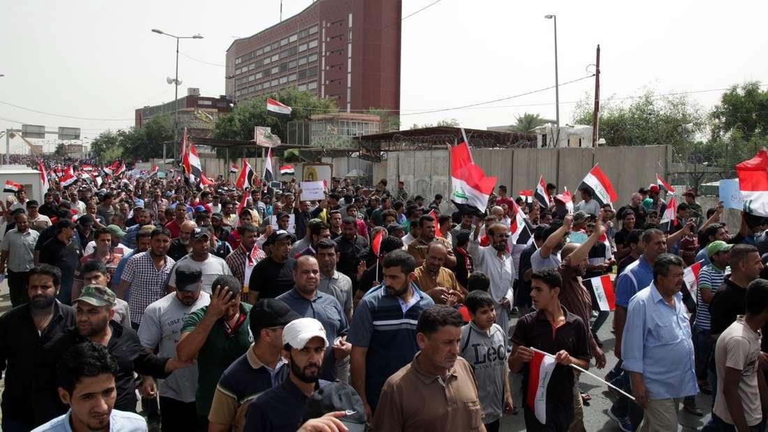 """Demonstranten am 26. April vor der abgesichterten """"Grünen Zone"""" in Bagdad."""