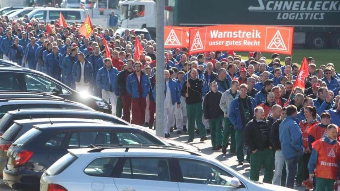 Warnstreik-Auftakt der IG Metall im VW-Werk Zwickau:Gewerkschaftschef Hofmann droht mit regulären Streiks. Foto: Sebastian Willnow